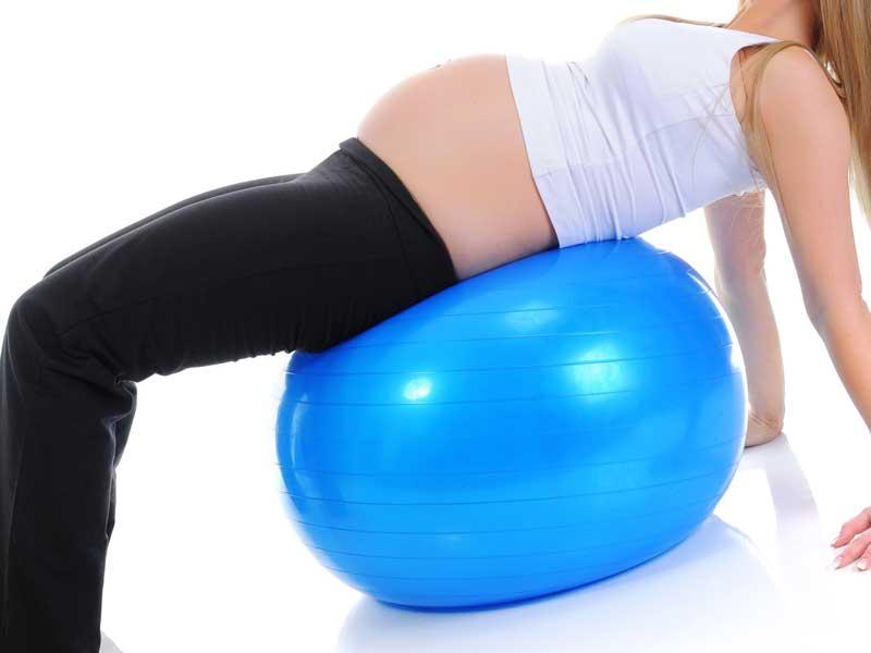バランスボールをしている妊婦さんのイラスト