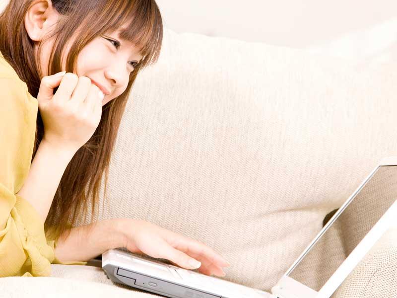 パソコンで動画を見る主婦