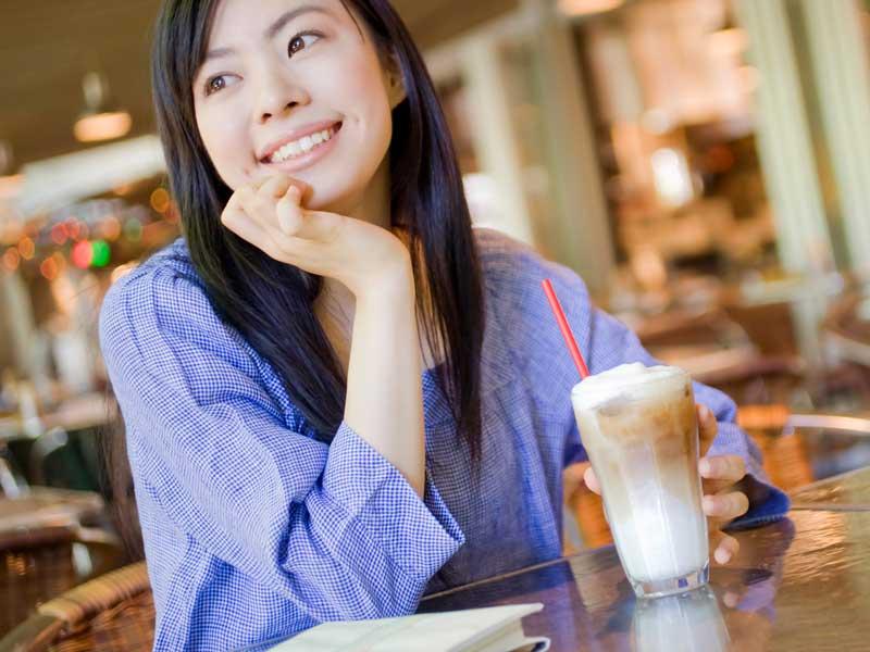 喫茶店にいる妻
