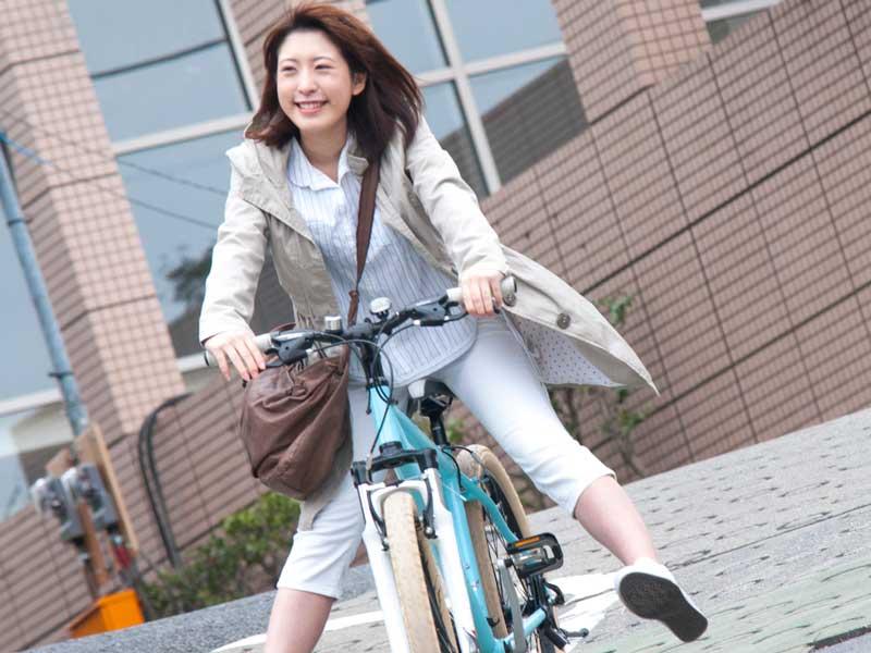 自転車を乗っているお母さん