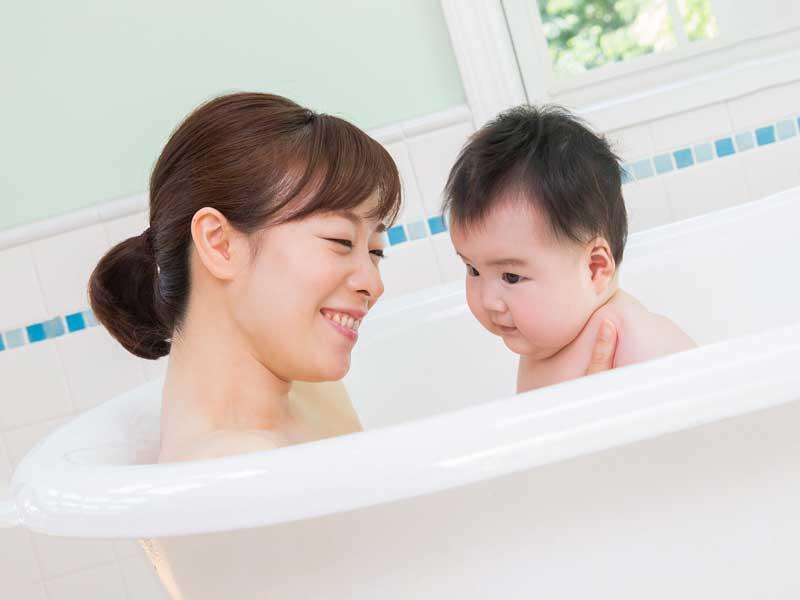 ママと一緒にお風呂に入っている赤ちゃん