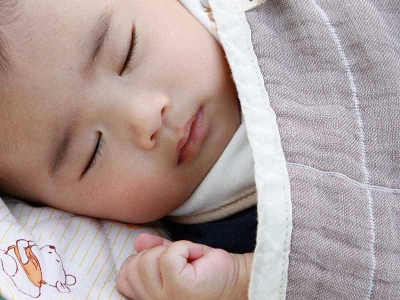 可愛いマットで寝ている赤ちゃん