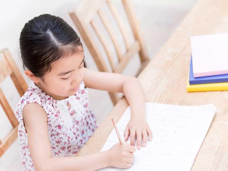 集中して勉強をしている子供
