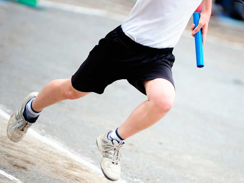 運動会のリレーで走っている子供