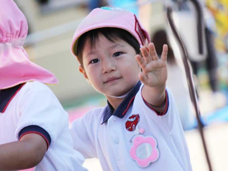 運動会を参加する低学年の子供