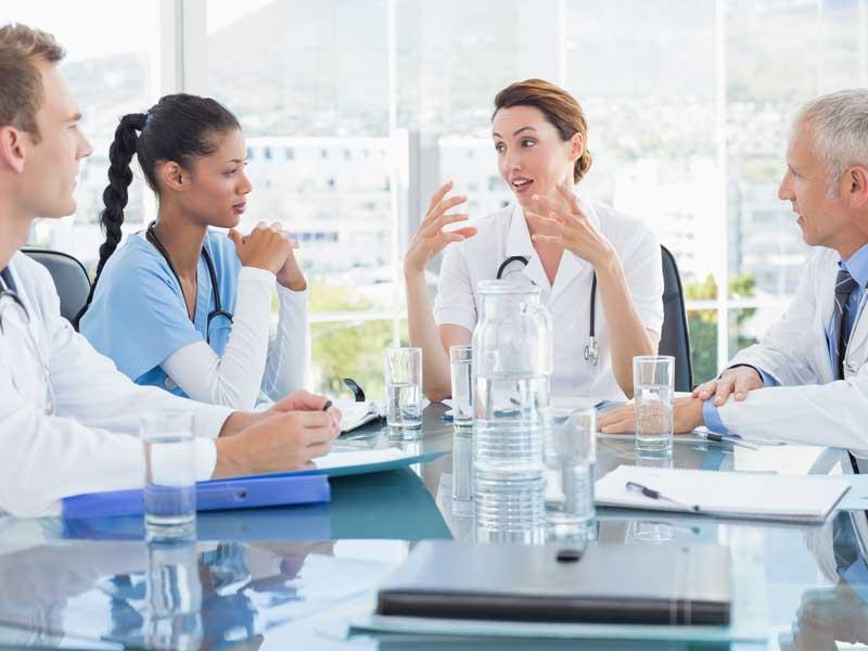 会議をしているアメリカの医師達