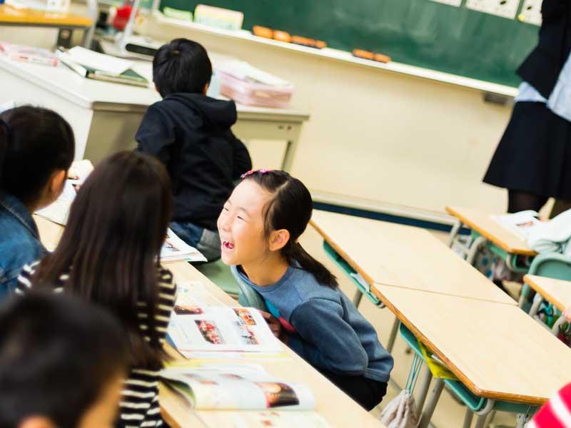 グループ学習をしている小学生達