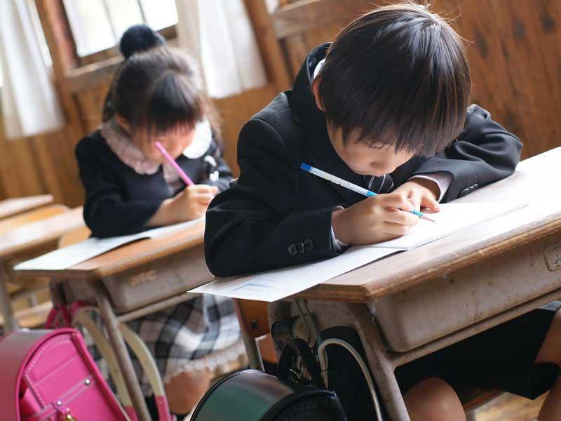 教室で勉強をしている小学生達