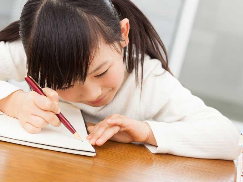 家庭学習をしている女の子