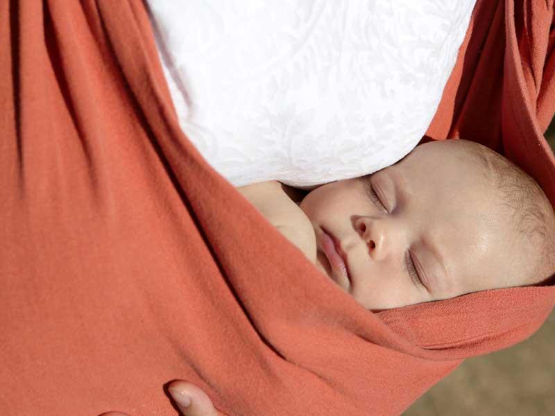 赤ちゃんを抱っこする外国のお母さん