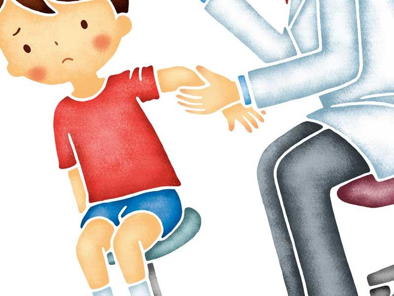 病院の先生に腕を診てもらっている子供のイラスト