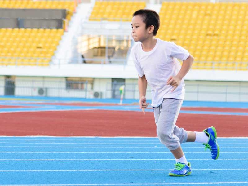 走る練習をしている男の子