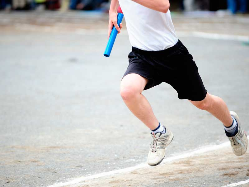 腕を大きく振りながら走る子供