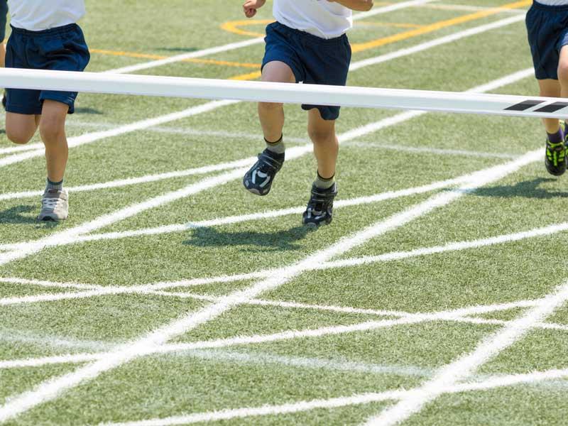 ゴールまで走りぬく小学生達