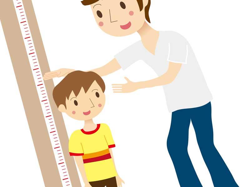 子供の身長を量るお父さんのイラスト