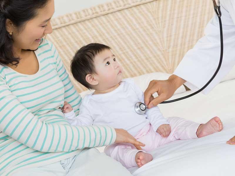 医者からの健診を受けている赤ちゃん
