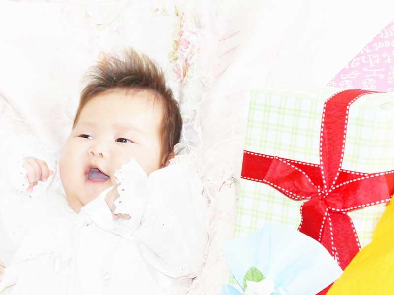 赤ちゃんと出産祝いのプレゼント