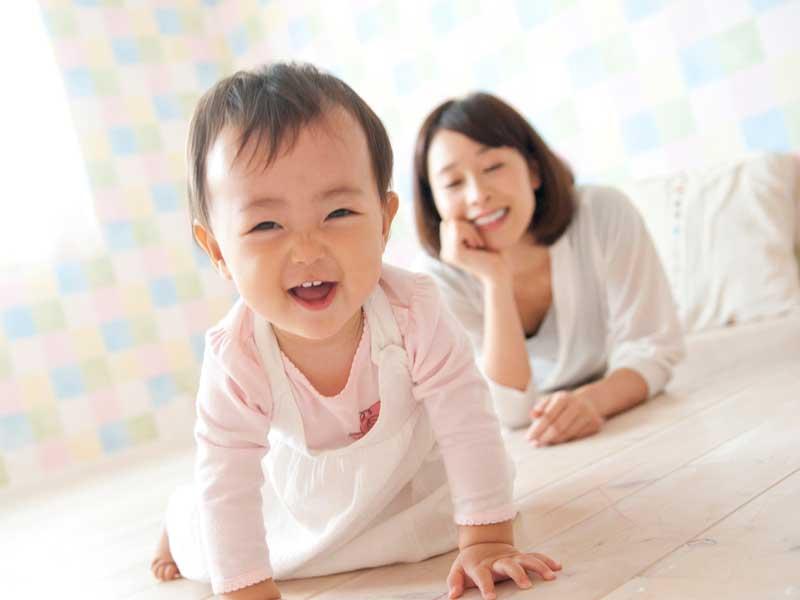 ママと遊んでいる笑顔の子供
