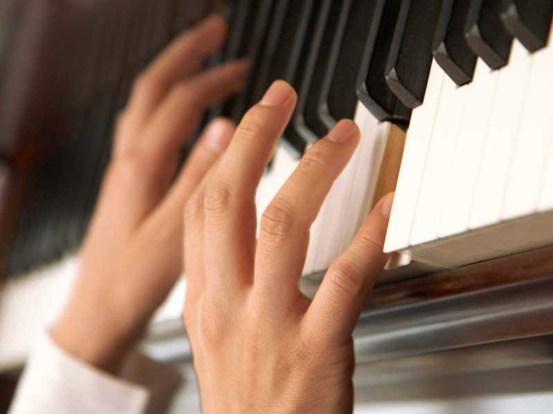 ピアノを弾いているピアニスト