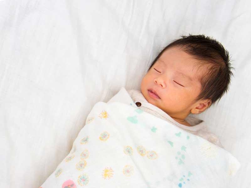 冬に生まれた新生児の赤ちゃん