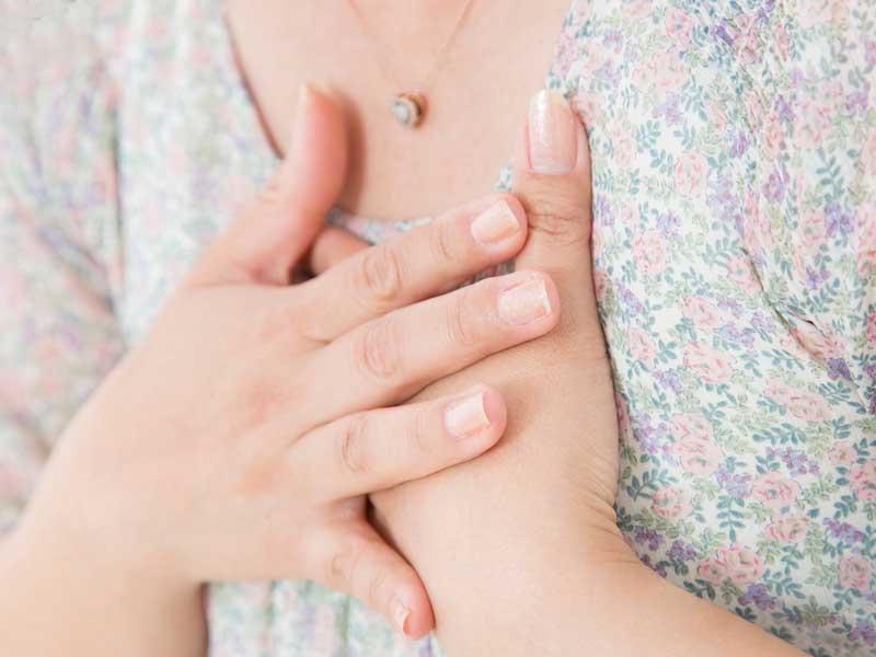 胸の痛みを感じる妊婦さん