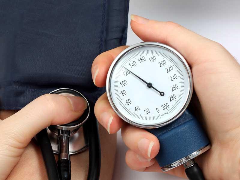 血圧を測る妊婦さん