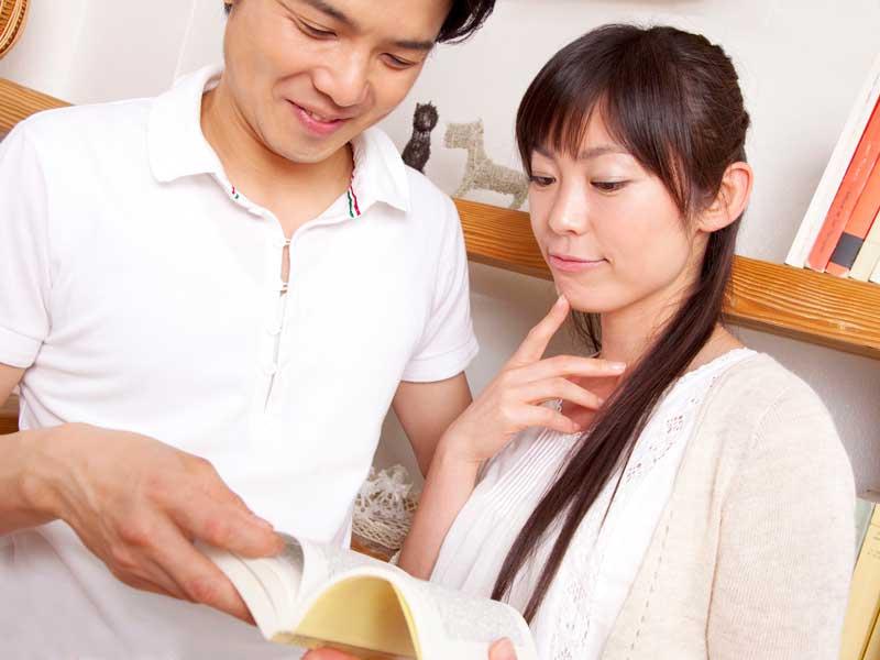 一緒に本を読んでいる夫婦