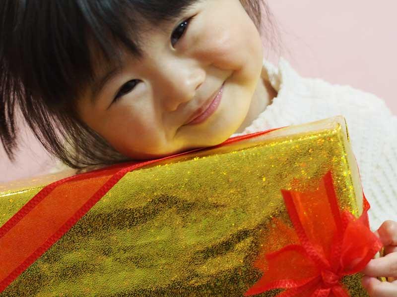 プレゼント貰って喜んでいる子供