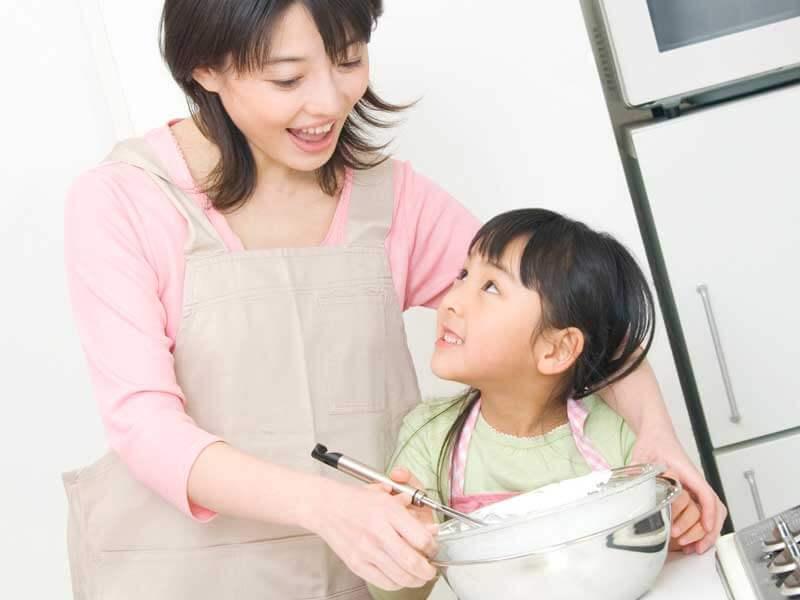 料理を手伝いする女の子