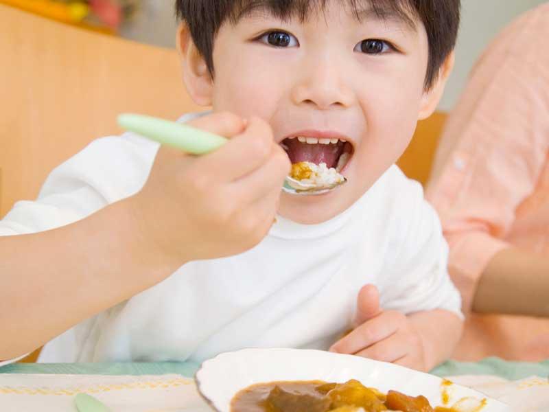 ご飯を美味しく食べる子供