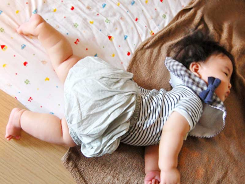 寝返りする赤ちゃん