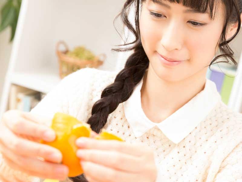 みかんを食べている妊婦さん