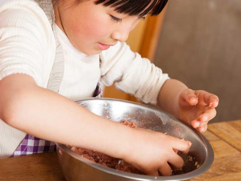 料理を手伝う小学生