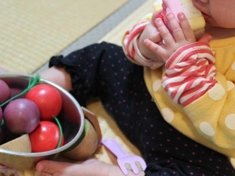 おもちゃを舐める赤ちゃん