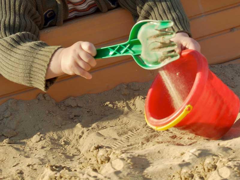 砂遊びをしている一歳の子供