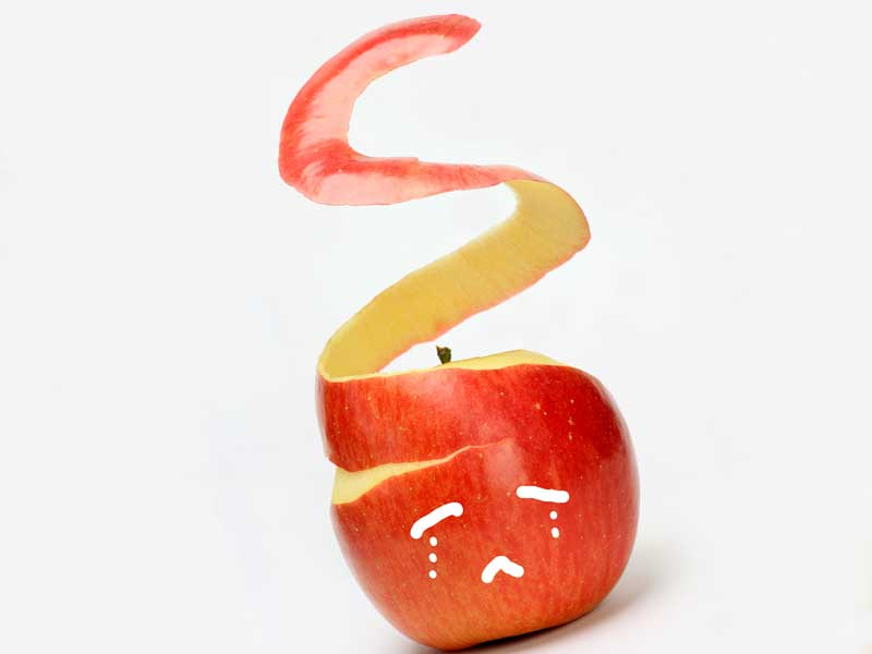 皮が剥かれるリンゴ