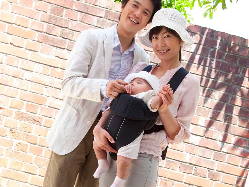 赤ちゃんを抱っこするお母さんとお父さん