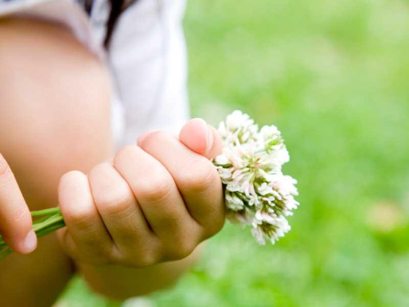 お花を握っている子供