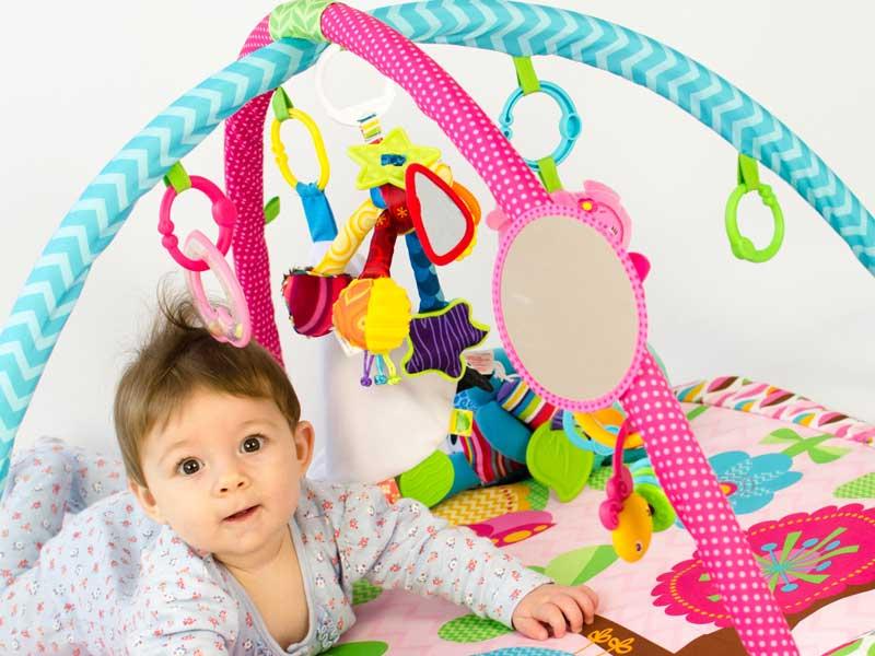 ベビージムで遊んでいる赤ちゃん