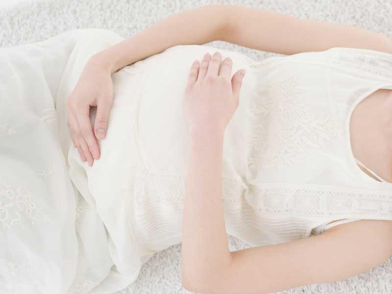 仰向けにしている妊婦さん