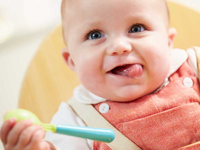 離乳食を美味しそうに食べる赤ちゃん