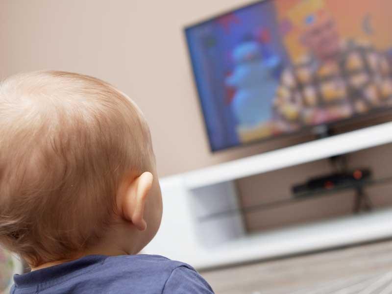 テレビを見ている赤ちゃん