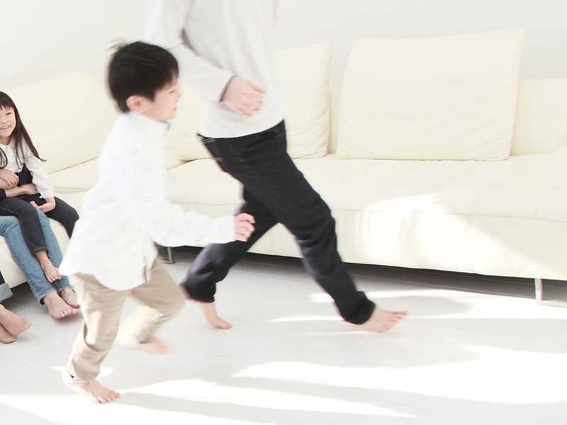 家で走り回る男の子