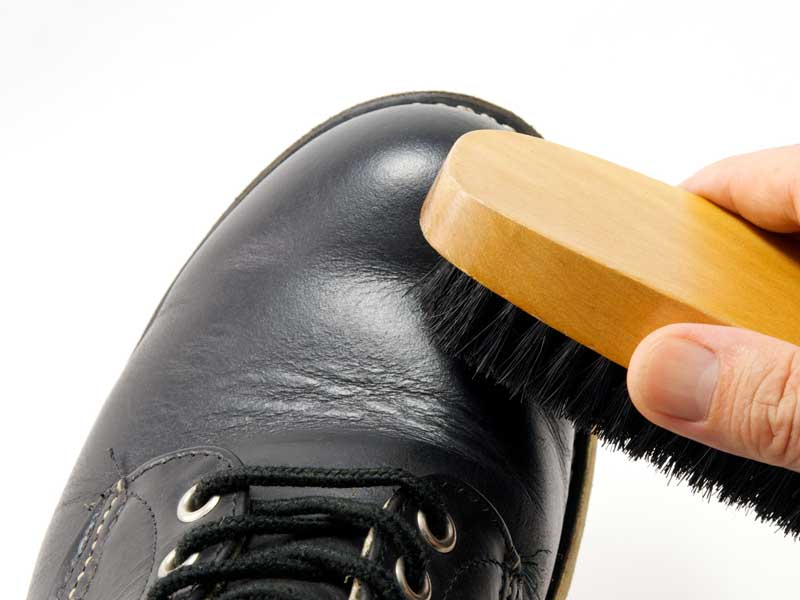 ブラシでブーツの汚れを落とす