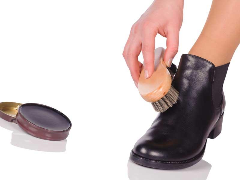 クリームでブーツのつやを出す