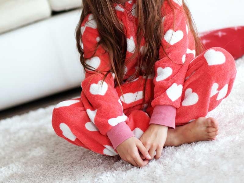 フリースパジャマを着ている子供