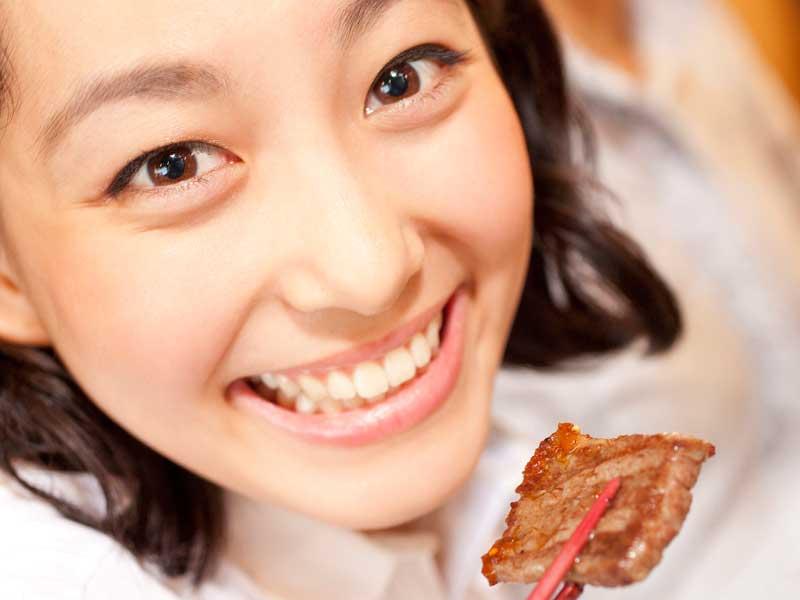 焼肉を食べている妊婦さん