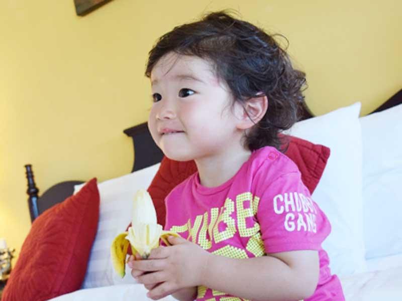 バナナを食べている赤ちゃん