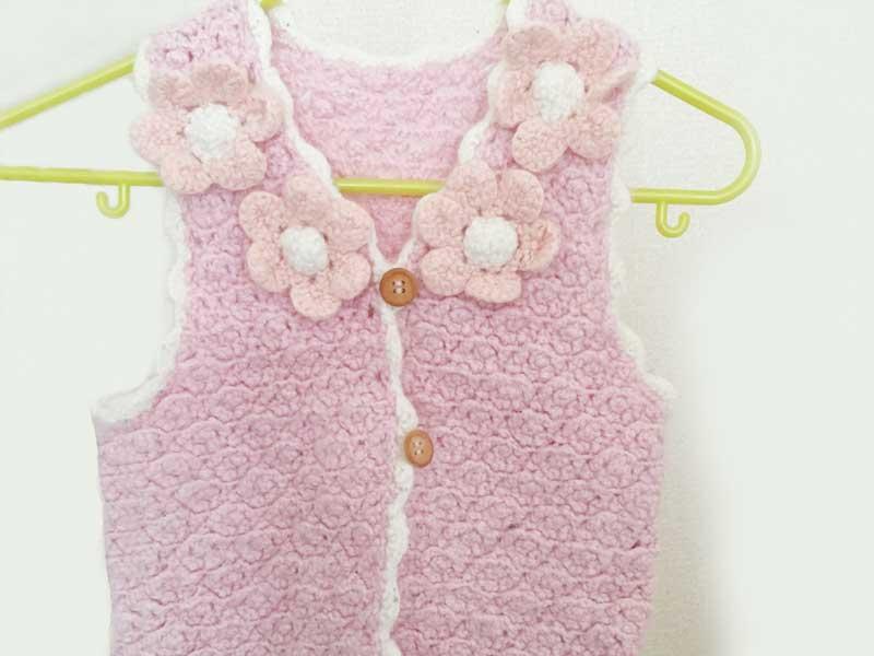 手編みで作った赤ちゃんの服