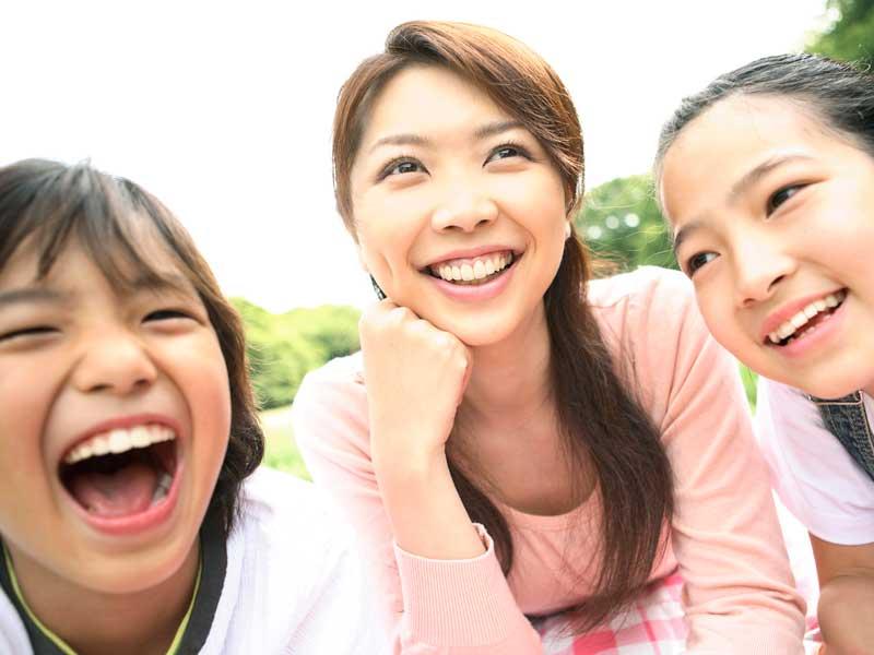 笑顔の子供達とシングルマザー